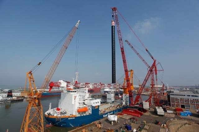Mammoet's largest crane installs platform l