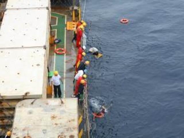 nyk-kurushima-rescues-fishermen