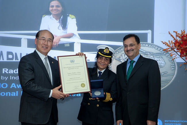 receives-bravery-at-sea-award