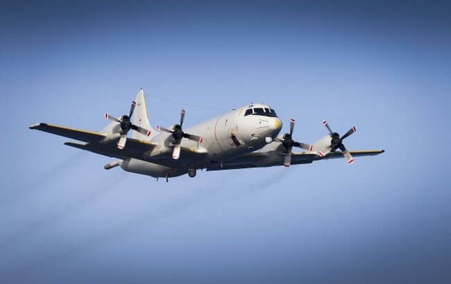 German-MPRA-approaches-HNLMS-Tromp-and-prepares-for-the-airdrop