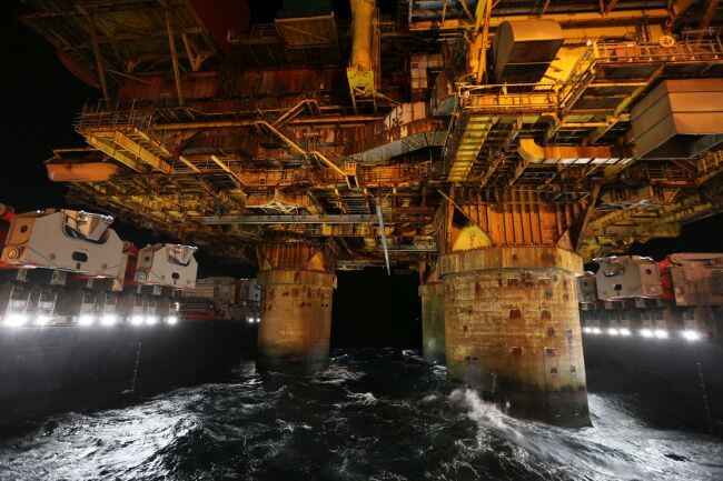 03 Pioneering Spirit moving-in around the Delta topsides