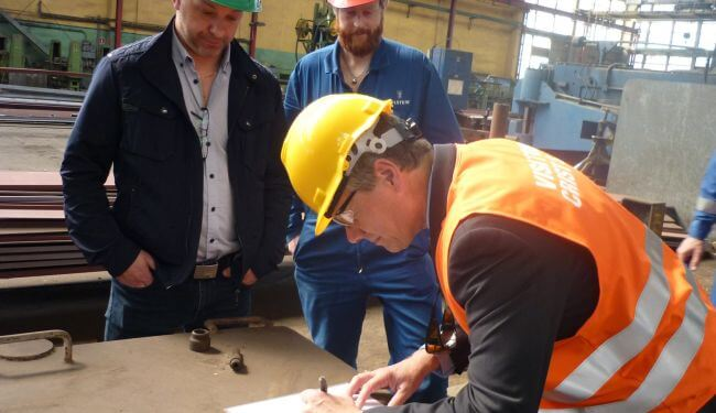 Signing-of-the-steel-cutting-papers