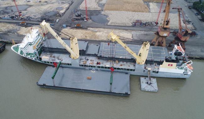 Heavy_Lift_vessel_loaded_onboard_a_newly_built_batch_of_pontoons