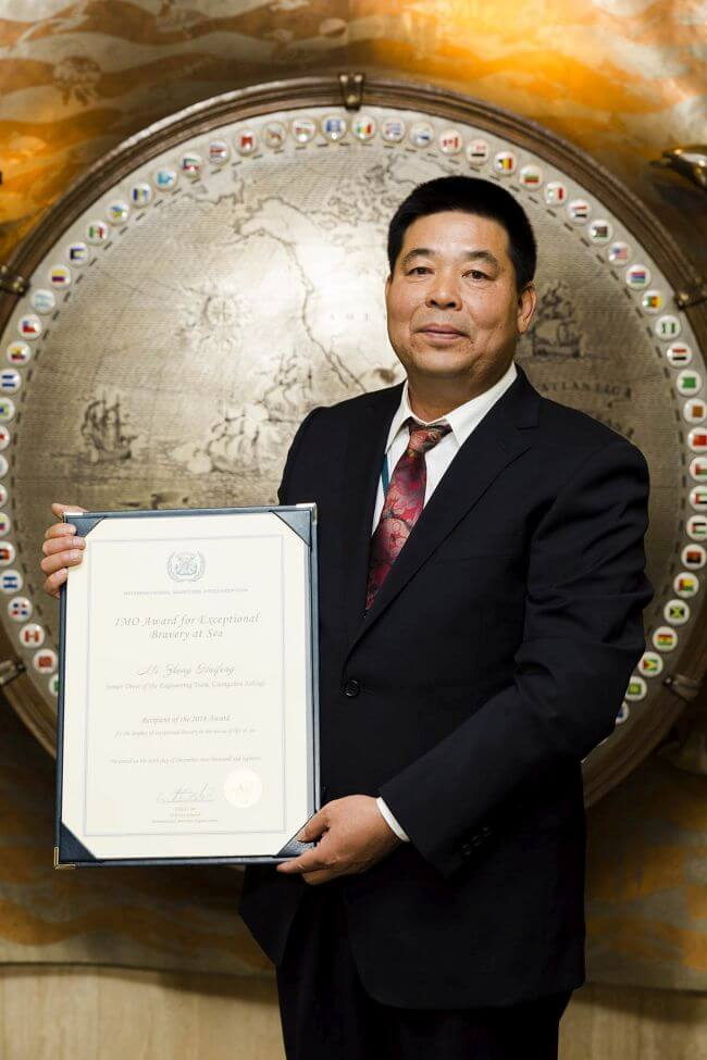 Rescue diver from China who saved three recognized with IMO bravery accolade