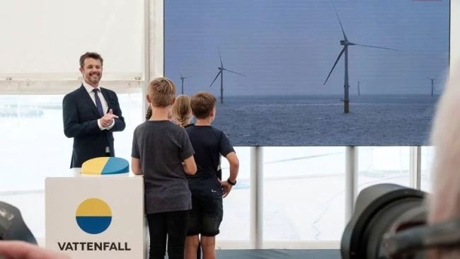 hrh-crown-prince-of-denmark-and-pubils-starting-up-turbines-at-inauguration-of-vattenfalls-horns-rev-3-offshore-wind-farm_800x450_70