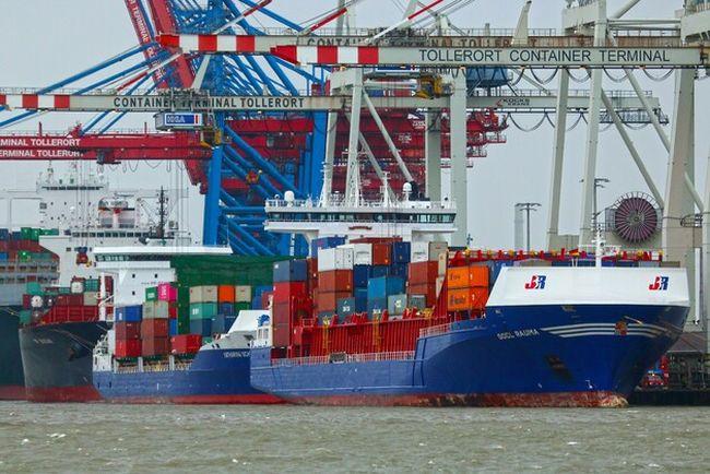 Feeder im Hafen Foto HHM_Dietmar Hasenpusch