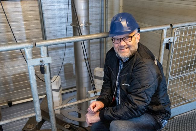Project Manager Lars Foged in front of a pump inside the Svanehøj test tower during one of the HHI/SHI-tests in March 2020.
