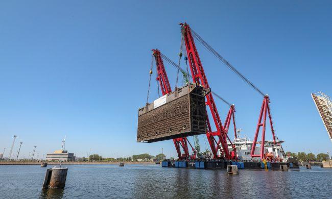 Lifting of second lock gate of P. Vandammesluis - Port of Zeebrugge (Belgium)