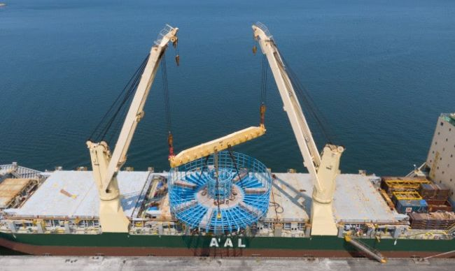 AAL Nanjing discharging the giant cable carousel in Taiwan