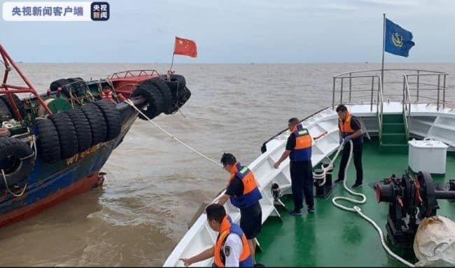 6 Crew Members Rescued From A Sinking Ship Along The Coast Of Xiangshan, Ningbo
