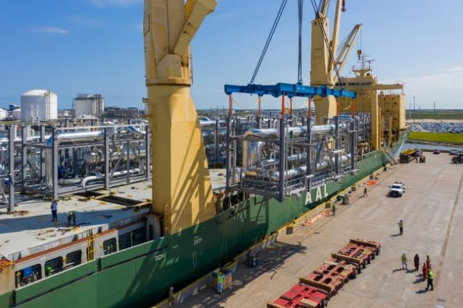 The AAL Dalian loaded with cargo of 38,950 FRT of gas cooling units and components for two new Linde hydrogen plants in the US