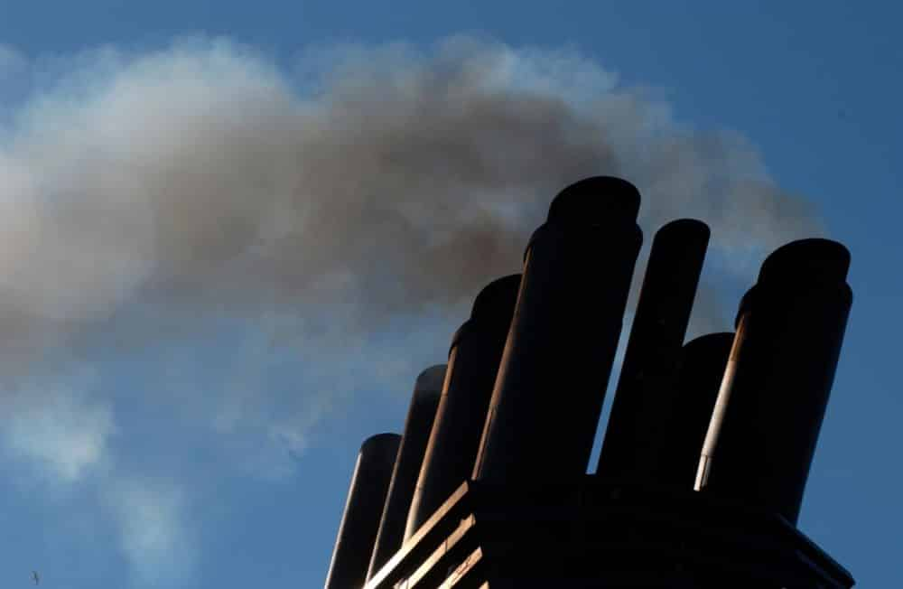 IMO-Arctic-Pollution-SummitAJAXNETPHOTO. AT SEA, ENGLISH CHANNEL. - EXHAUST EMISSIONS - DIESEL ENGINE EXHAUST SMOKE FROM A SHIP'S FUNNEL.PHOTO: JONATHAN EASTLAND/AJAX/Alamy