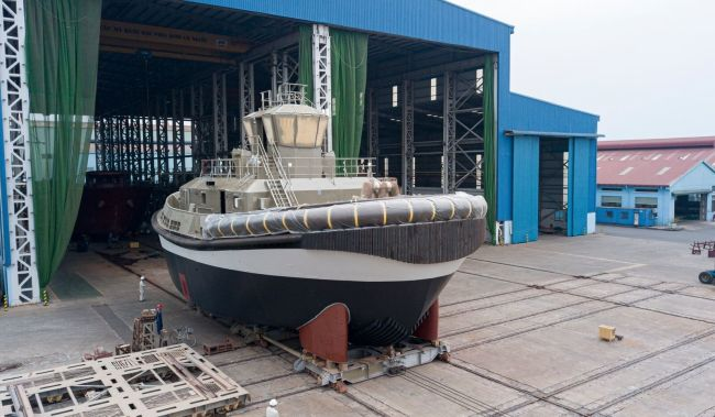 reversed_stern_drive_tug_electric - PORTS OF AUCKLAND'S FULLY ELECTRIC DAMEN RSD-E TUG 2513 LAUNCHED AT SONG CAM SHIPYARD