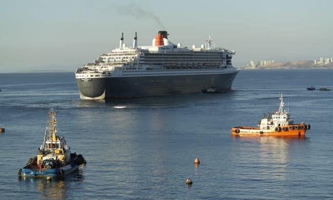 QM2 Sailing maneuver from Valparaiso Port - Chile 2 - Inchcape