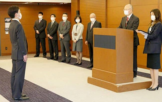 MOL President & CEO Hashimoto Addresses Company's Entrance Ceremony