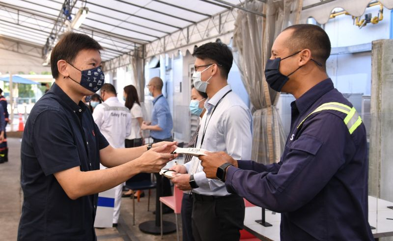 Senior Minister of State for Transport and Foreign Affairs, Mr Chee Hong Tat. distributing the MaritimeSG masks to PSA frontliners