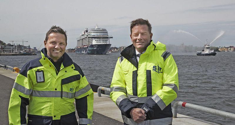 Thomas Andersson, vd Stockholms Hamn & Joakim Larsson (M) stadsbyggnadsborgarråd framför Mein Schiff 1 -