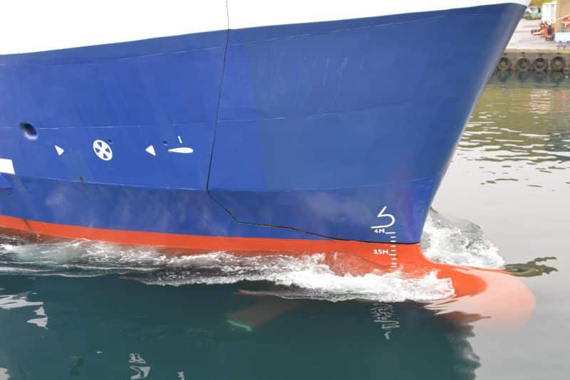 Close-up view of the bow foils as MS Teistin departs Skopun