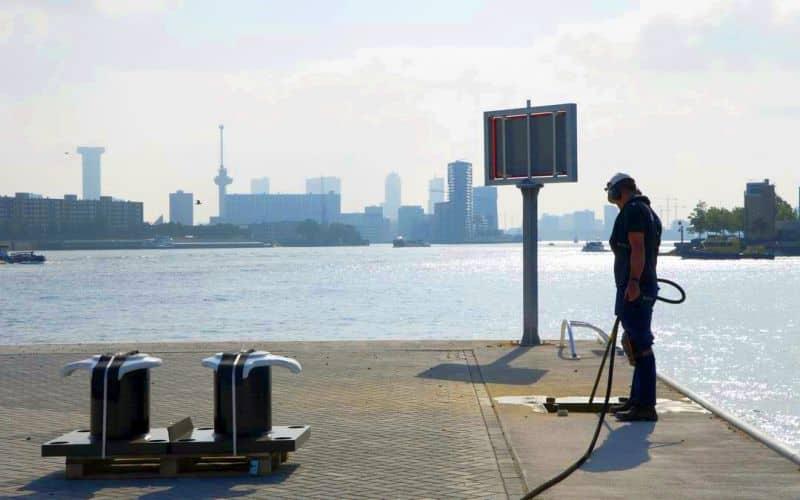 Rotterdam 9 juli 2021 Geprinte bolder bij de sleepboothavenop Heijplaat foto