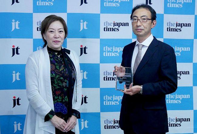 MOL Senior Managing Executive Officer Toshiaki Tanaka(right)at the awards ceremony, held on September 28 in Tokyo